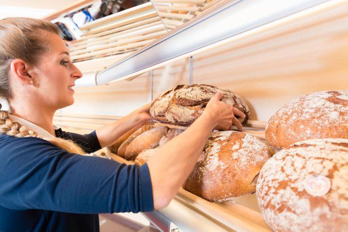 Foodmanagment-Studentinnen im Verkauf: Die Bäckerei Leonhardt schafft es mit ihrem Konzept, qualifizierte Fachkräfte zu gewinnen (Symbolbild)