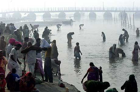 Pilger am Ganges: 40.000 Bestattungen im Jahr