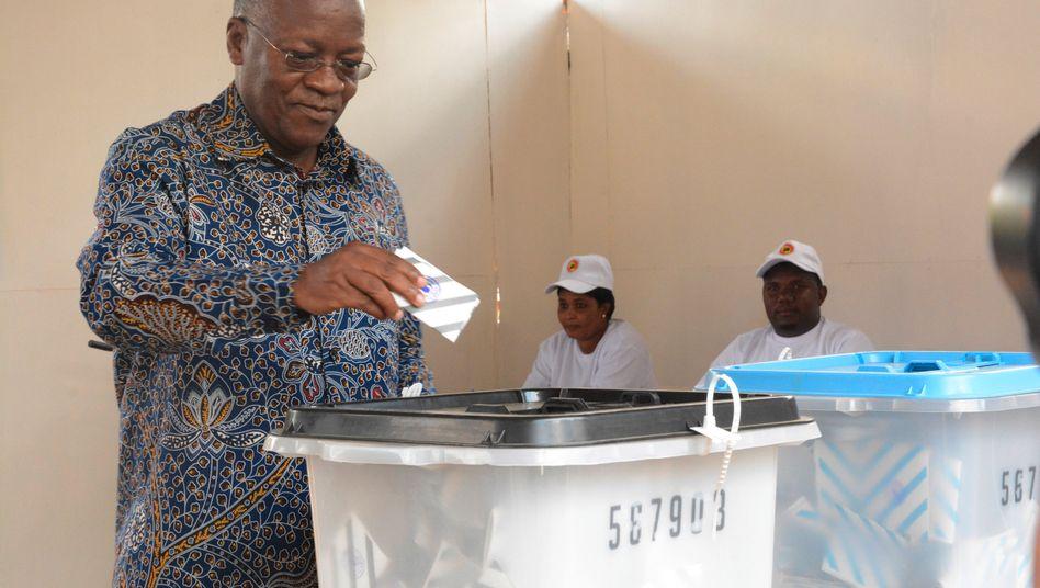 Tansanias Präsident John Magufuli, hier bei der Stimmabgabe, regiert das Land zunehmend mit harter Hand