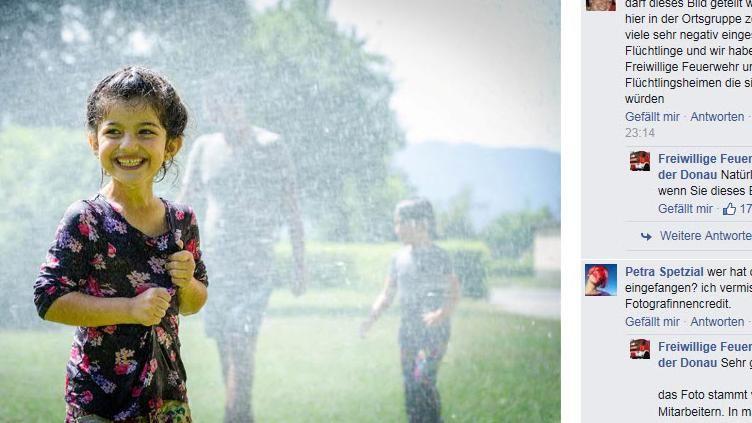 EINMALIGE VERWENDUNG Syrisches Mädchen bei der Feuerwehr Feldkirchen