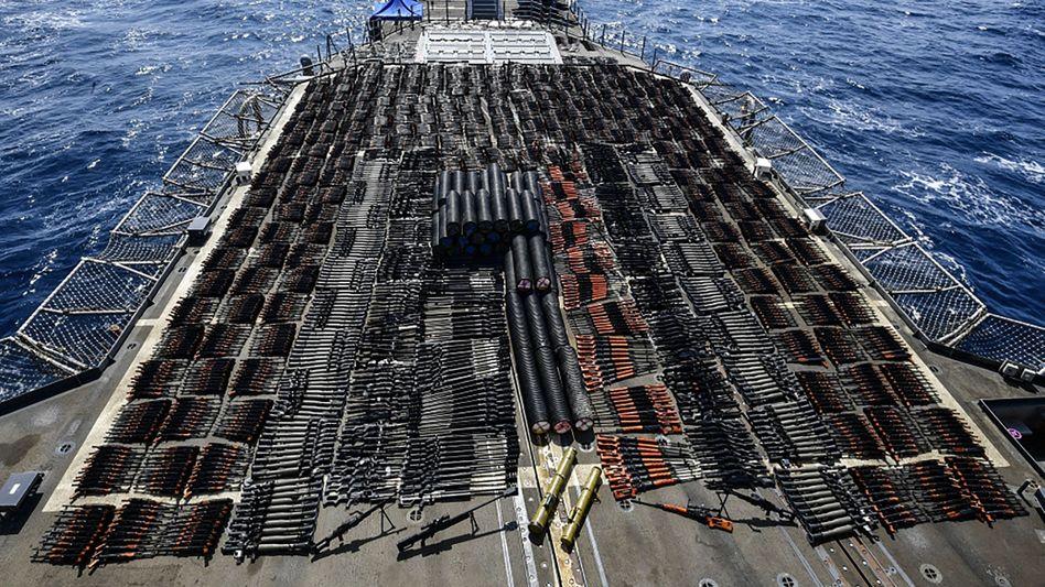 Mysteriöser Massenfund: Die beschlagnahmten Waffen wurden auf dem Achterdeck der USS »Monterey« aufbewahrt