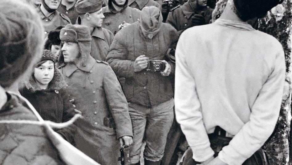Deutsche Soldaten bei einer Hinrichtung an der Ostfront im Winter 1941/42