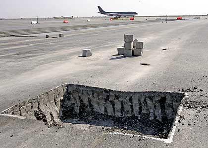 Risse im Asphalt: Vier Monate nach der Eröffnung des Flughafens sind Teile des Rollfeldes nicht befahrbar