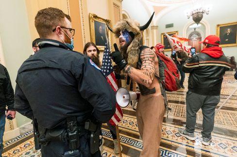 Eindringlinge konfrontieren einen Polizisten im Kapitol