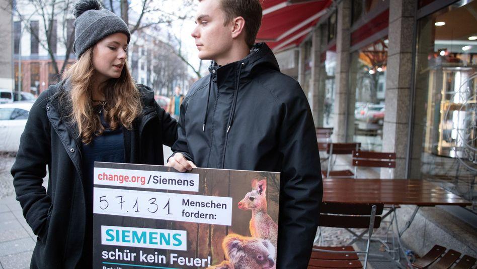 """""""Fridays for Future""""-Aktivisten Luisa Neubauer und Nick Heubeck nach dem Gespräch mit Joe Kaeser"""