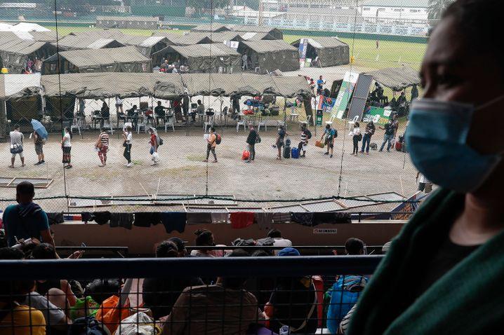 Manila: Blick auf eine Schlange Menschen, die auf die Durchführung von Corona-Schnelltests warten (Foto vom Vortag)