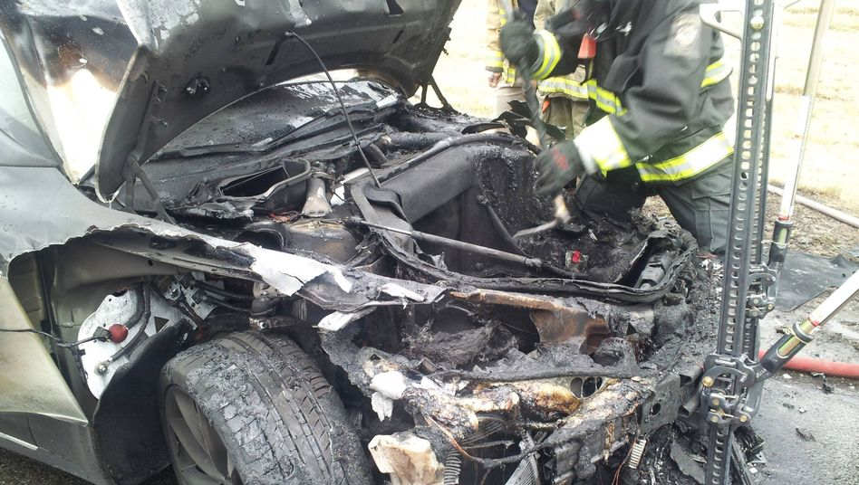 Muss nach dem Brand noch gekühlt werden: Ein ausgebranntes Elektroauto in den USA