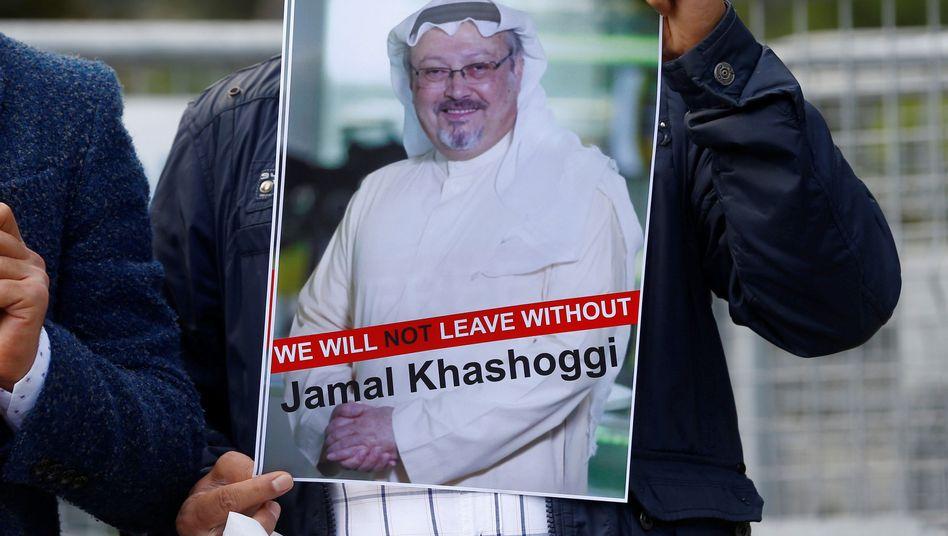 Demonstrant mit Foto von Jamal Khashoggi