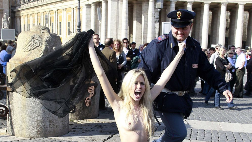 Femen-Demonstration: Oben-ohne-Protest in Rom