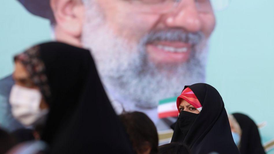 Wahlplakat mit Ebrahim Raisi: »Die internationale Gemeinschaft muss sich große Sorgen machen«