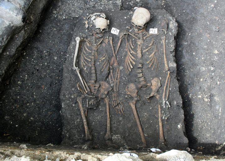 """Händchen haltend beigesetzt: """"Romeo und Julia"""" von Cluj"""