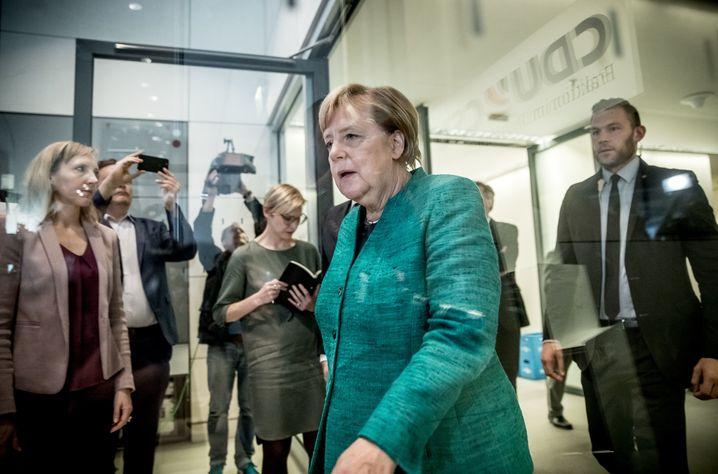 25.09.2018, Berlin: Bundeskanzlerin Angela Merkel (CDU) kommt zu einem Pressestatement , nach der Wahl von Brinkhaus (CDU) als neuer Fraktionsvorsitzender der CDUCSU Fraktion im Bundestag. Foto: Michael Kappeler/dpa +++ dpa-Bildfunk +++ | Verwendung weltweit