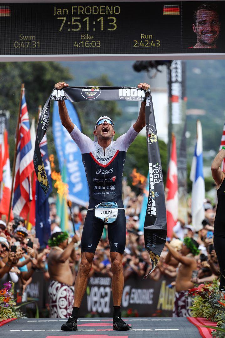 """Im Oktober 2019 gewann Jan Frodeno den """"Ironman"""" auf Hawaii. Nach 7 Stunden, 51 Minuten und 13 Sekunden lief er über die Ziellinie. Damit stellte er einen neuen Streckenrekord auf."""