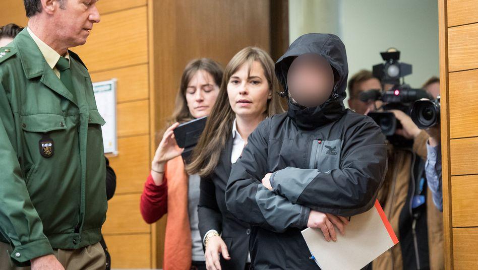 Der angeklagte Fahrdienstleiter mit seiner Anwältin Ulrike Thole (Archiv)