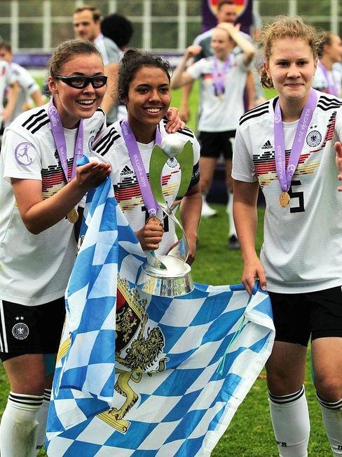 Mit der U17 wurde Gia Corley (Mitte) 2019 Europameisterin. »Das war das schönste Erlebnis meiner Karriere«, sagt sie. Ihr nächstes Ziel: die Frauen-Nationalelf.