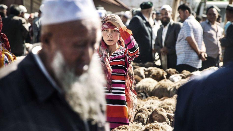 Schafhändler beim Sonntagsmarkt in der chinesischen Stadt Kashgar: Der Mythos der alten Seidenstraße – hier lässt er sich noch erspüren