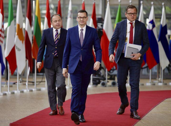 Polens Ministerpräsident Mateusz Morawiecki (M.)