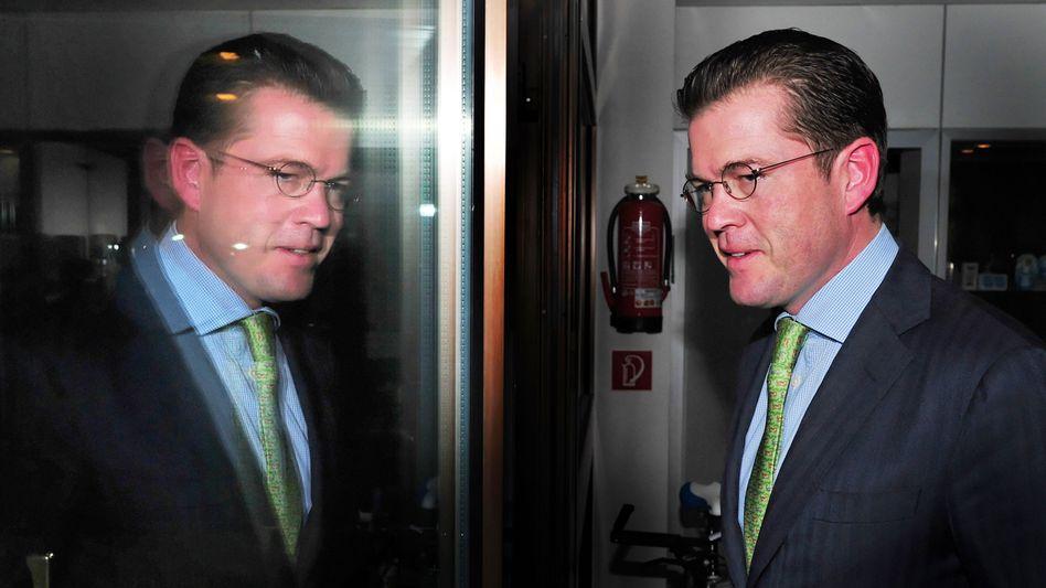 Original oder Kopie? Verteidigungsminister Guttenberg gerät immer stärker unter Beschuss