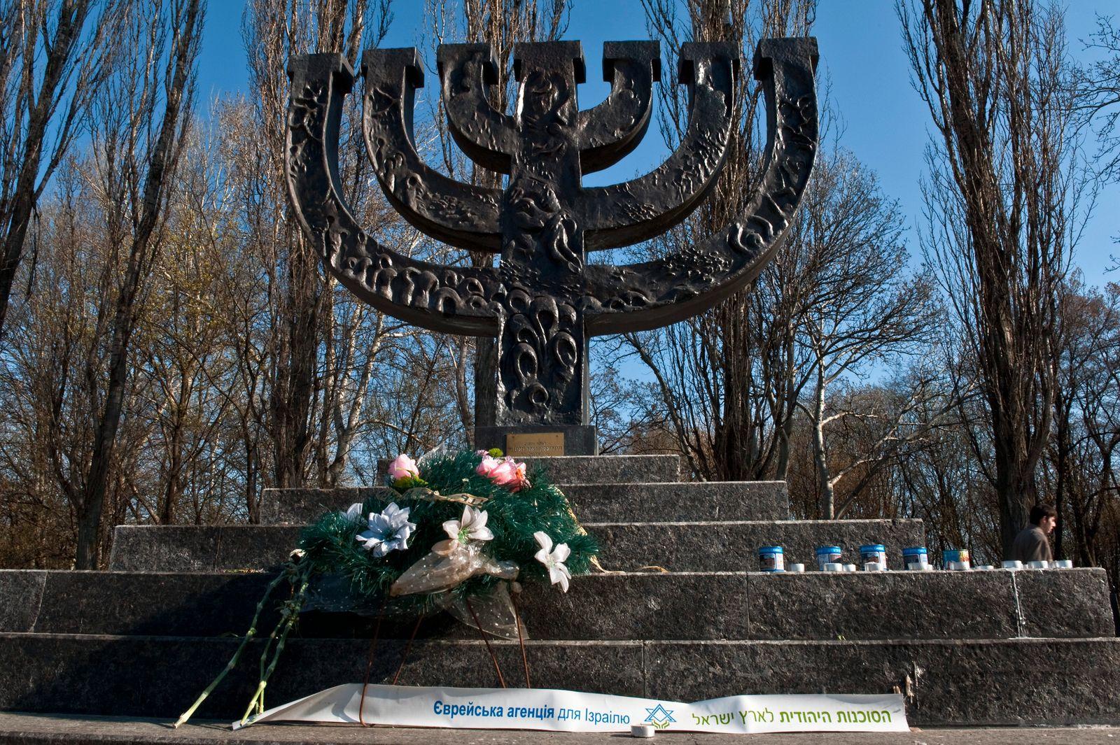 Kiew Mahnmal in Form einer Menora im Park Babyn Jar. Die Innschrift auf dem Stein lautet: Hebt mich auf von der Erde, ruft die Stimme des Blutes deines Bruder (Golos krowi brata twogo wolaje do mene s semli). Im September 1941 ermordeten die deutsche Wehrm