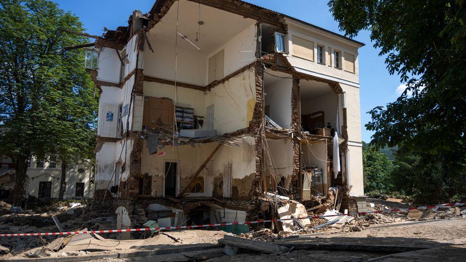 Zerstörtes Haus im Ahrtal: Gefährdete Lagen lassen sich dagegen kaum versichern