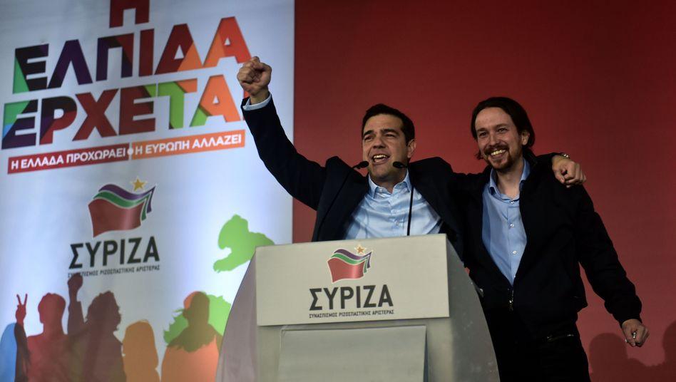 Spaniens Podemos-Chef Iglesias (r.), Griechenlands Premier Tsipras (Archivbild): Linker Schulterschluss