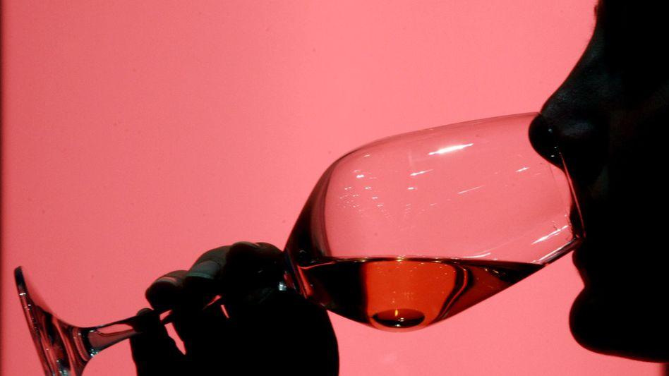 Weintrinkerin mit Rosé-Glas