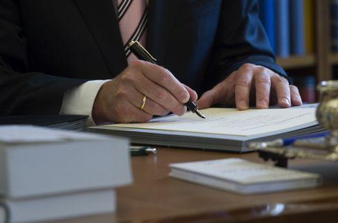 Gesetze warten zur Unterschrift