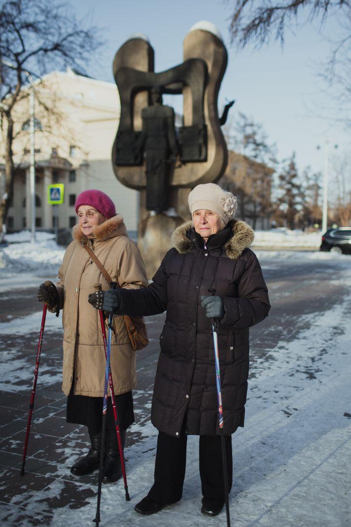 """Rentnerinnen Nilowa, Trubizyna in Kemerowo: """"Wir Omas wählen alle Putin"""""""