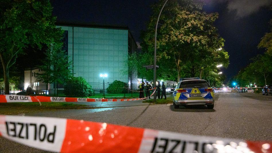 Polizisten vor der Synagoge Hohe Weide in Hamburg (am 4. Oktober): verstärkte Präsenz