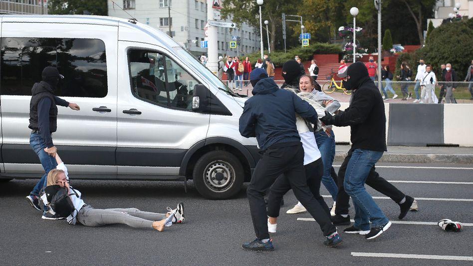 Brutales Vorgehen gegen Demonstranten: Vermummte Polizisten in Zivil nehmen in Minsk Menschen fest