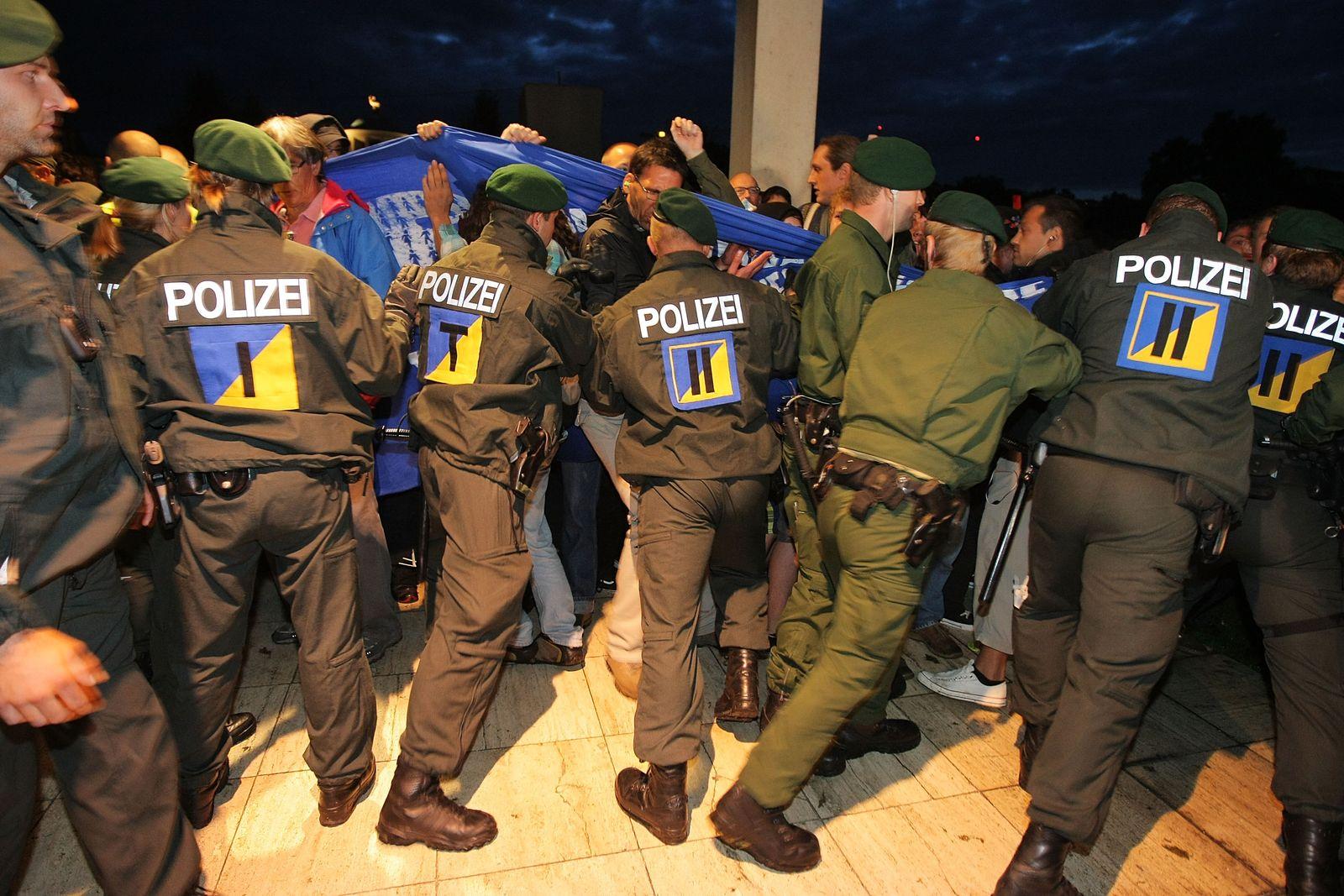 biga stuttgart polizisten vs. demonstranten