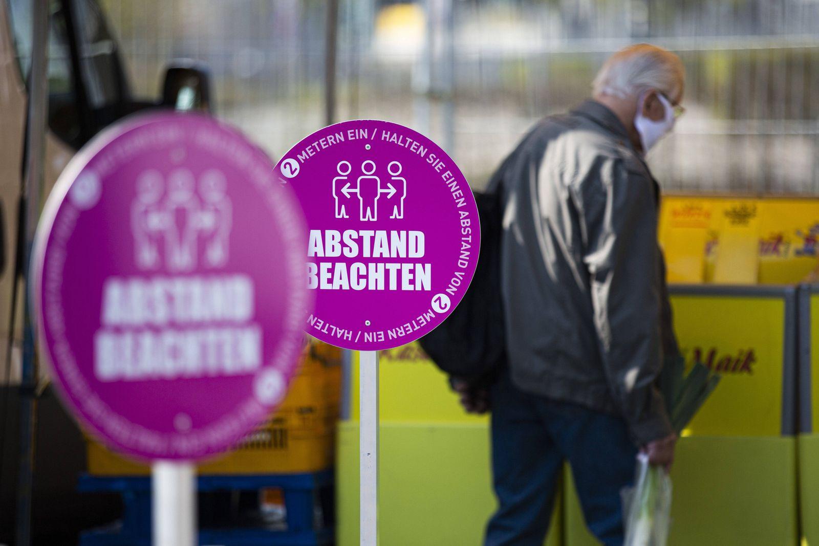 Ein Hinweisschild zum einzuhaltenden Mindestabstand steht auf dem Wochenmarkt an der Lingnerallee in Dresden, 09.04.2020