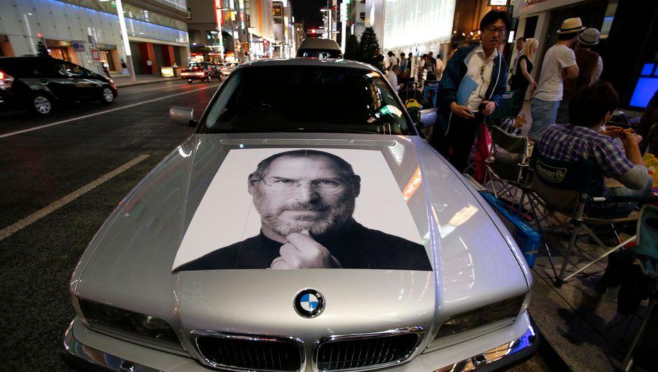 BMW mit Porträt des Apple-Gründers Steve Jobs in Tokio (2013): »Apples Recruiter fischen die Autobranche ab«