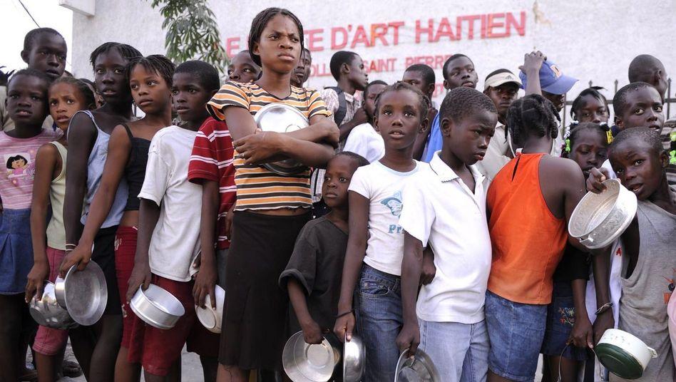 Kinder warten in Haiti auf Essen: Eine Million Menschen haben kein Dach über dem Kopf
