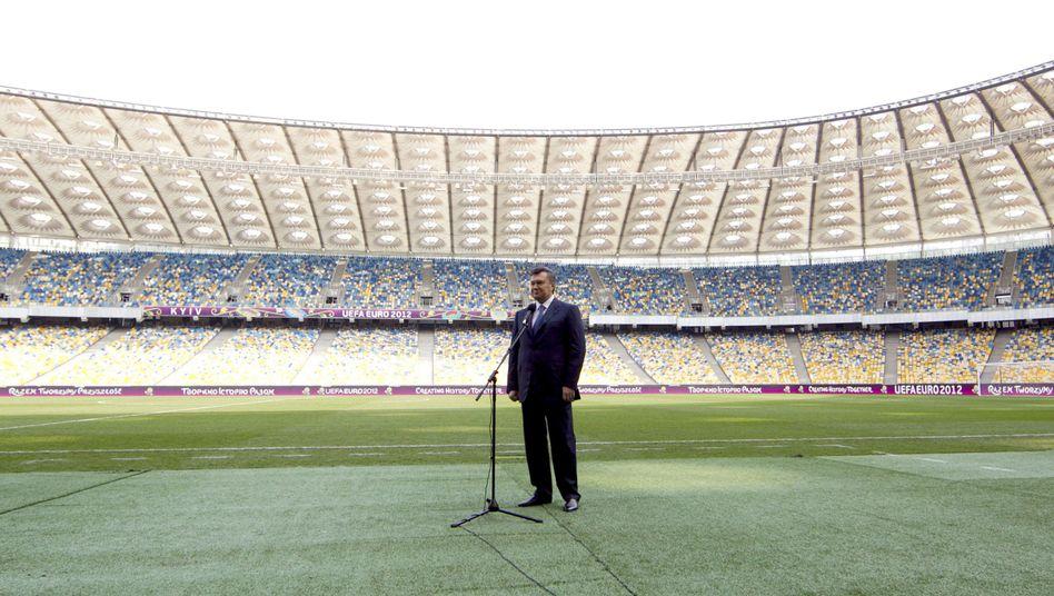 """Der ukrainische Präsident im Stadion in Kiew (2011): """"Keine Show für Janukowitsch"""""""