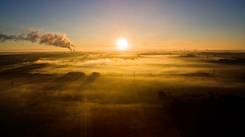 Sonnenaufgang über Kohlekraftwerk: Emissionen werden bis 2030 ansteigen