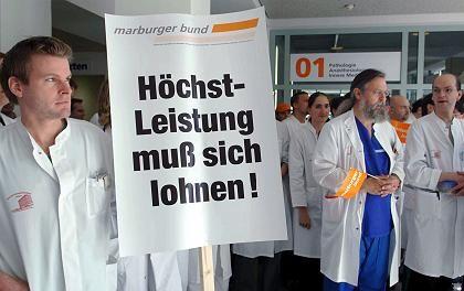 Uniklinik Köln: Ärzte protestierten gegen Lohnkürzungen und lägere Arbeitszeiten