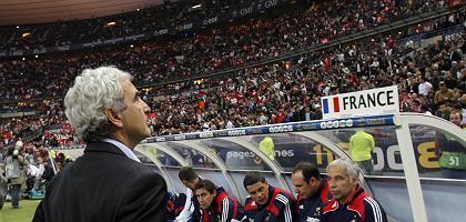 Frankreichs Nationaltrainer Domenech (im Spiel gegen Tunesien): Trotz Kritik weiter im Amt
