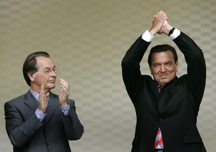 Müntefering applaudiert Schröder bei einer Wahlkampfkundgebung im August 2005