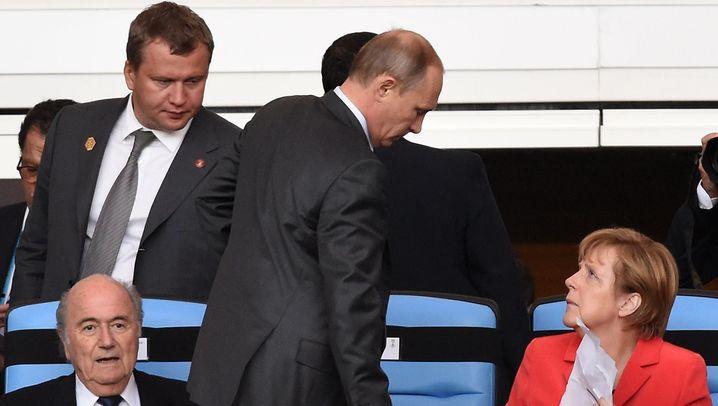 Merkel und Putin: Plausch auf der Tribüne