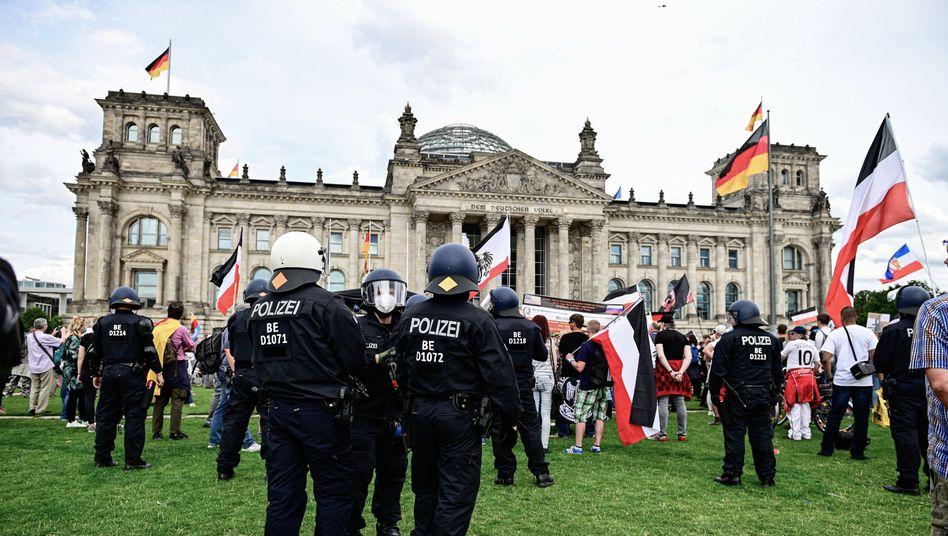 Teilnehmer einer Demonstration gegen die Corona-Maßnahmen stehen mit Reichsflaggen vor dem Reichstag (Aufnahme vom August 2020)