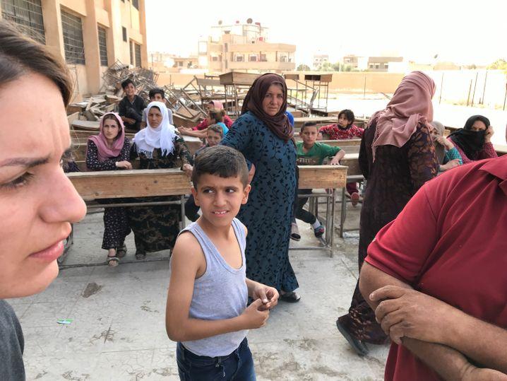 "Alin Ahmed (dunkles Kleid, M.): ""Niemand hilft uns, wieder einmal"""