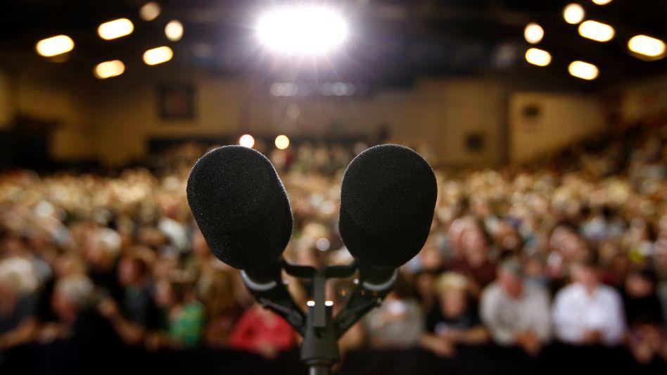 Mikrofone bei einer öffentlichen Veranstaltung: Das PR-Desaster ist neuerdings überall