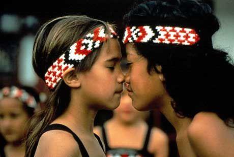 """Die traditionelle """"Nasen-Begrüßung"""" der Maoris"""