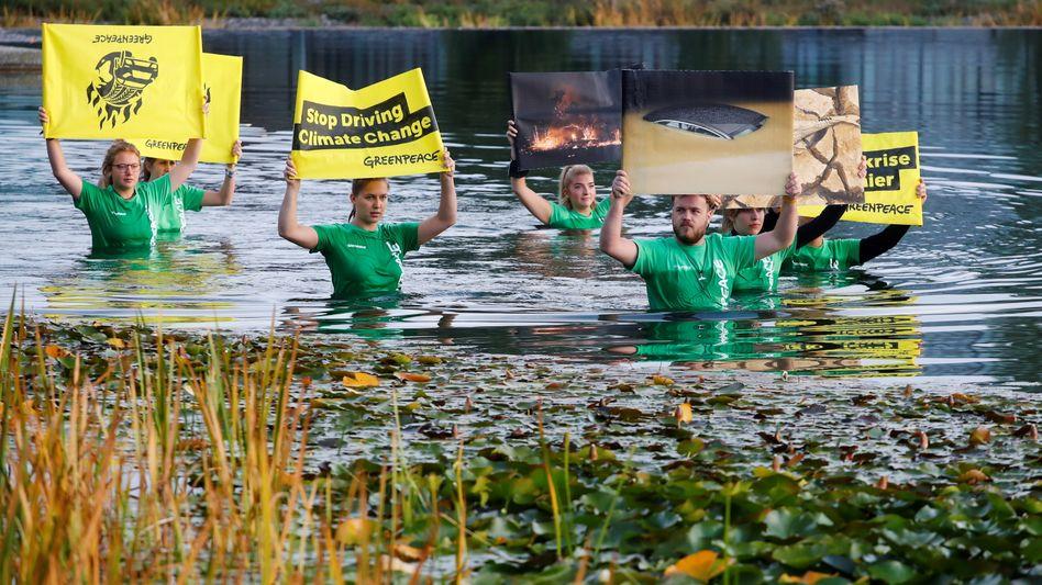 Greenpeace-Protest gegen die Automesse IAA: Bekommt der Klimaschutz nach der Shell-Entscheidung in den Niederlanden auch in Deutschland Oberwasser?