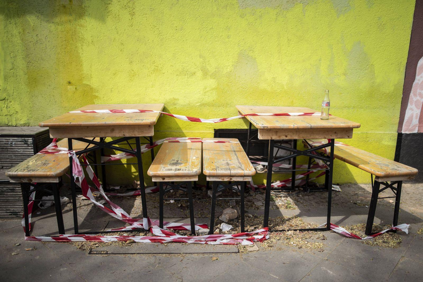 Baenke und Tische sind mit Absperrband abgesperrt in Berlin, 28.04.2020. Aufgrund der Coronakrise duerfen Gastronomen k