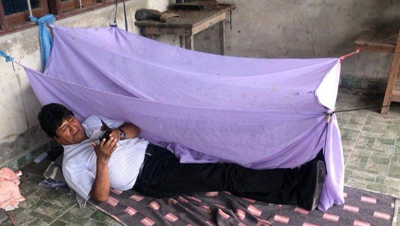 Dieses Bild veröffentlichte Morales auf Twitter. Es soll ihn in der ersten Nacht nach seiner Amtsaufgabe an einem unbekannten Ort zeigen.