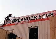 Abbau: Bereits am späten Samstagabend begann die Demontage des berühmt-berüchtigten Containers