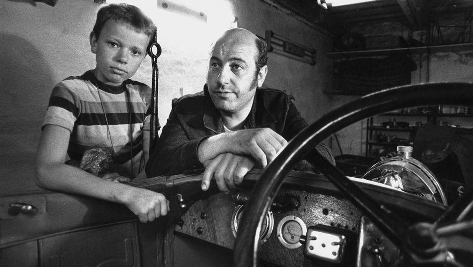 Manfred Krug und Sohn Daniel in der Garage ihres Hauses in Ost-Berlin kurz vor der Ausreise in den Westen, Juni 1977