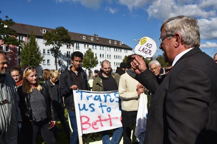 Lübcke diskutiert 2015 mit Teilnehmern einer Demonstration, die sich für die Belange der Flüchtlinge einsetzt